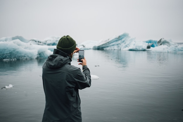 観光客はアイスランドの水中の氷河を見ます