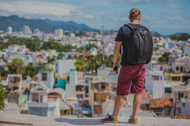 街のパノラマを眺める観光客