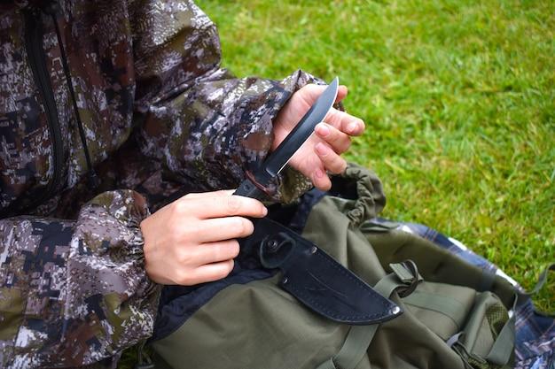 손 야외에서 사냥 날카로운 칼으로 관광