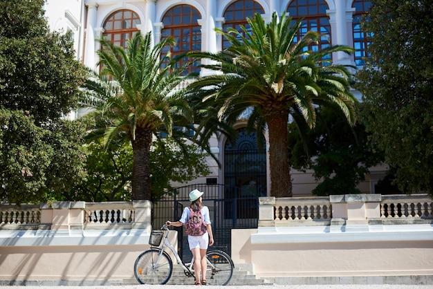 Турист с рюкзаком и велосипедом