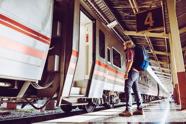 기차역에 배낭 여행자