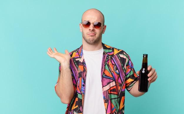 Турист с пивом человек-турист, чувствуя себя озадаченным и сбитым с толку, сомневаясь, взвешивая или выбирая разные варианты с забавным выражением лица