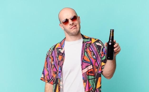 맥주 관광 남자가 예기치 않은 것을보고 멍청하고 기절 한 표정으로 의아해하고 혼란스러워하는 관광객