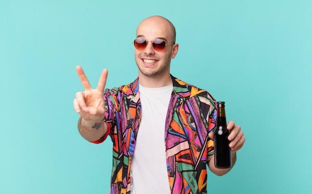 ビールの観光客の男性が笑顔で幸せそうに見え、のんきで前向きで、片手で勝利または平和を身振りで示す観光客