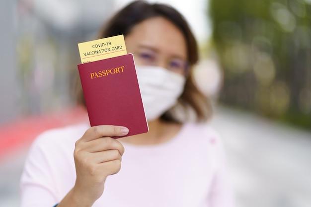 Турист с паспортом со справкой о вакцинации