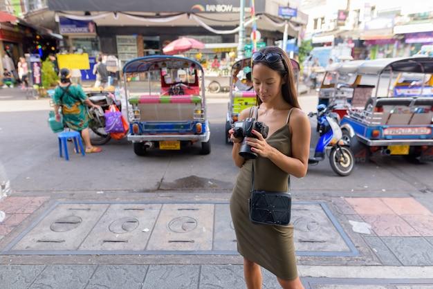 Туристическая женщина, изучающая город бангкок на каосан-роуд