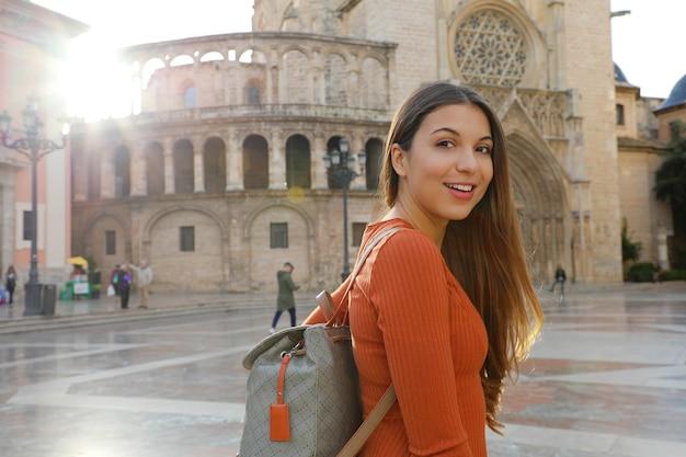 Туристка в валенсии с собором, испания