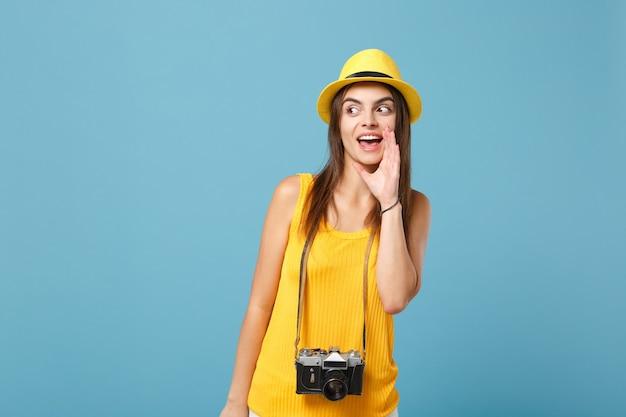 파란색에 사진 카메라와 함께 노란색 여름 캐주얼 옷과 모자에 관광 여자