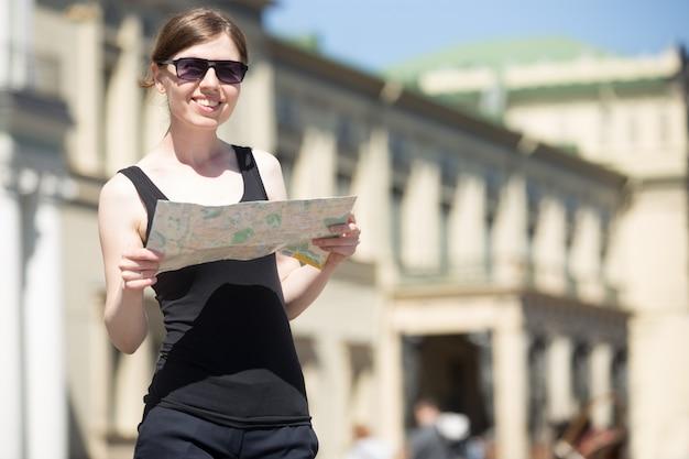 Туристическая женщина, глядя на карту