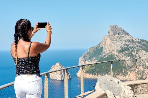 Туристическая женщина фотографировать