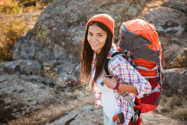 협곡 근처 배낭 관광 여자