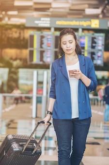 空港で荷物を持つ観光女性
