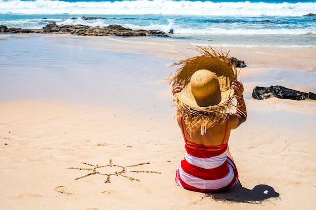 晴れた日のビーチでの観光客の女性