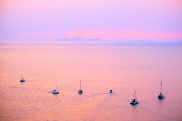 サントリーニ島の近くのエーゲ海での観光ヨットボート。