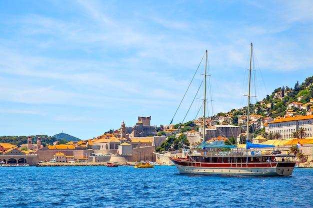 크로아티아 두브로브니크(dubrovnik)의 옛 항구에 있는 여행용 선박. 풍경