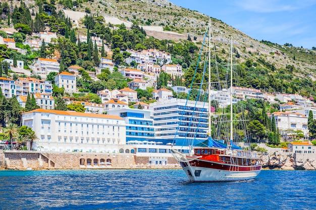 크로아티아 두브로브니크 해안에 있는 관광선과 호텔. 해변 리조트. 풍경