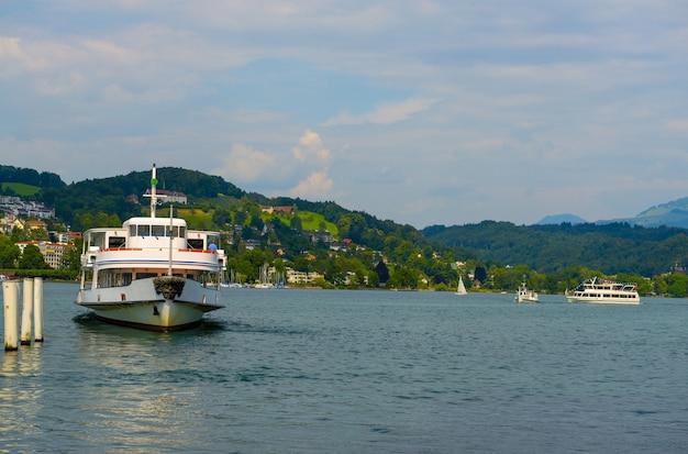 Туристический корабль плывет в море недалеко от швейцарии
