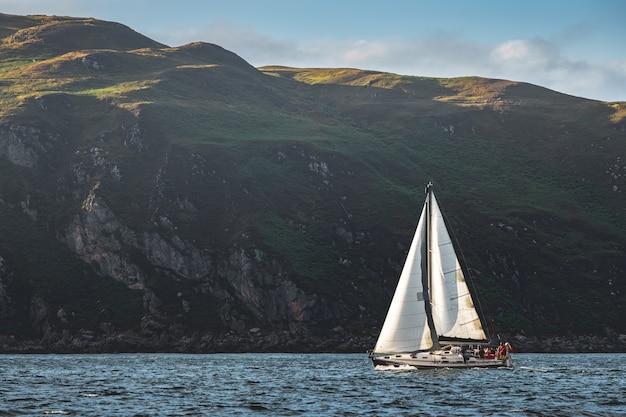 北アイルランドの海岸線の横にある観光ヨット