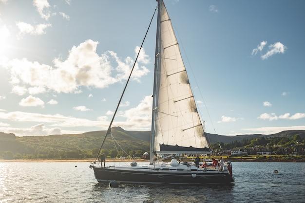 北アイルランドの隣に航行する観光ヨット