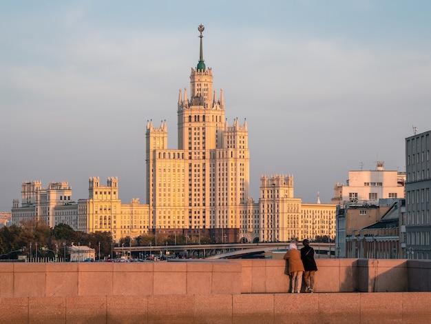 観光客はモスクワの夜景を賞賛します。