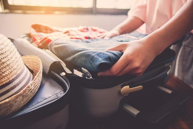 観光客は旅行の荷物をまとめています。
