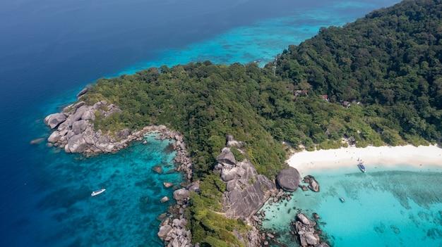 Туристы занимаются снорклингом в бухте, расположенной в северной части симиланского острова № 8, фото сделано с точки зрения симиланского острова пханг нга, таиланд.
