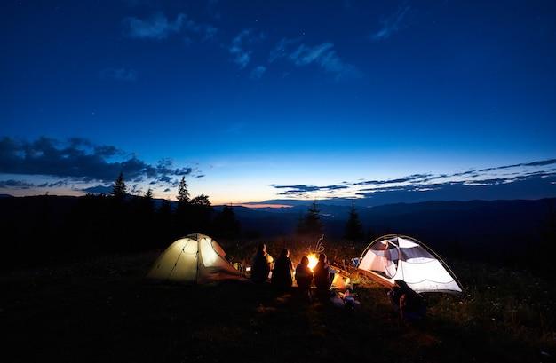 山でキャンプする夜の観光客