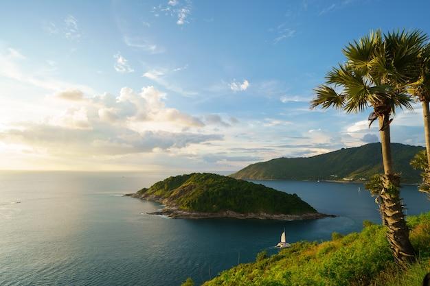 푸켓 섬, 태국의 남쪽에있는 phromthep 케이프 관점에서 관광객.