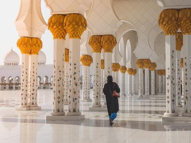 Туристы у знаменитой большой мечети шейха заида. абу даби.