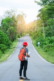 Туристы несут рюкзак и стоят на улице, открытые границы и свобода, концепция путешествия.