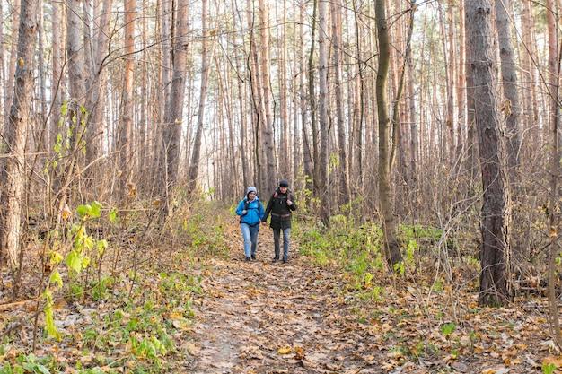 観光客は秋の森でカップルします。