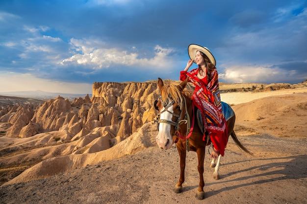 관광객들은 터키 카파도키아에서 말을 타고 즐길 수 있습니다.