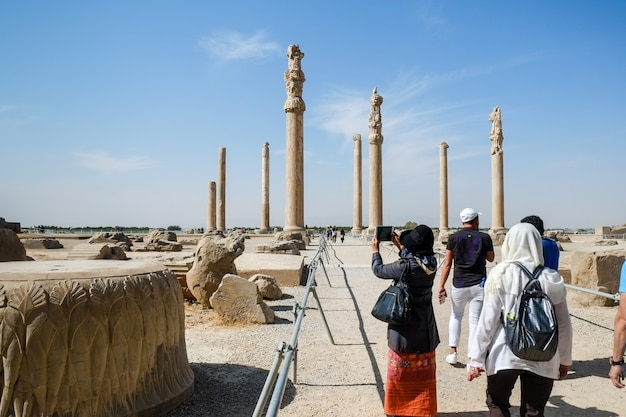 Туристы наслаждаются осмотром древнего персидского города персеполис. провинция фарс, иран.