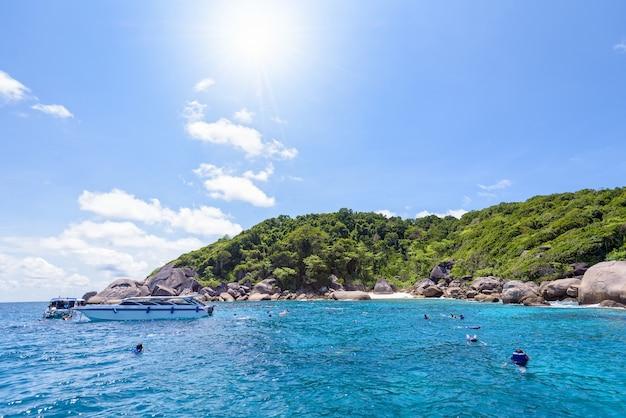観光客は、タイのパンガー県、ムコシミラン国立公園のコバング島で夏の間、太陽と空の下で青い海でシュノーケリングを楽しんだ