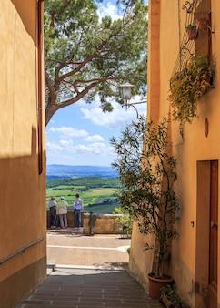이탈리아 몬테풀치아노에서 투스카니 시골의 놀라운 전망을 즐기는 관광객