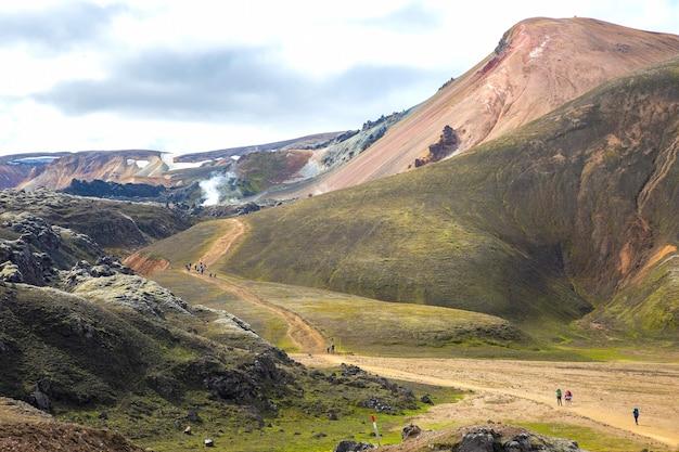 관광객은 landmannalaugar에서 산길을 간다.