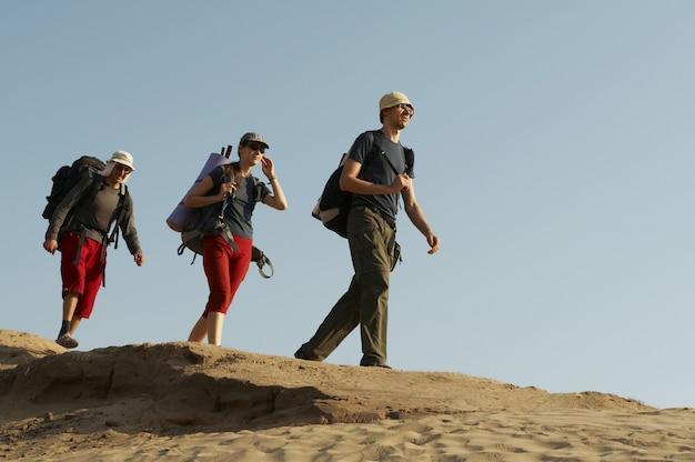 Туристы поднимаются в поход