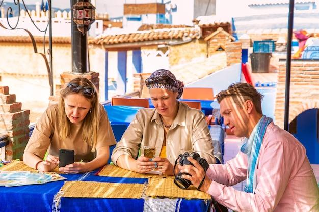 Туристы завтракают в марокканском кафе. аутентичный восточный интерьер. шефшауэн, марокко
