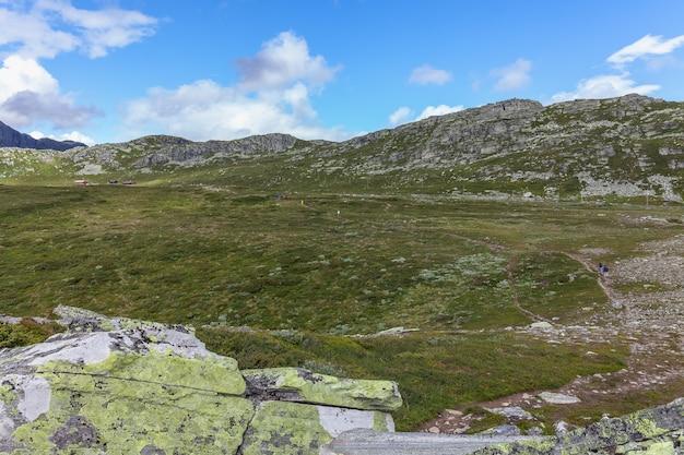 배낭 모험과 함께 산에서 하이킹하는 관광객 건강한 라이프 스타일 야외 여름 활동 트레킹 주말 도주 숲 트레일