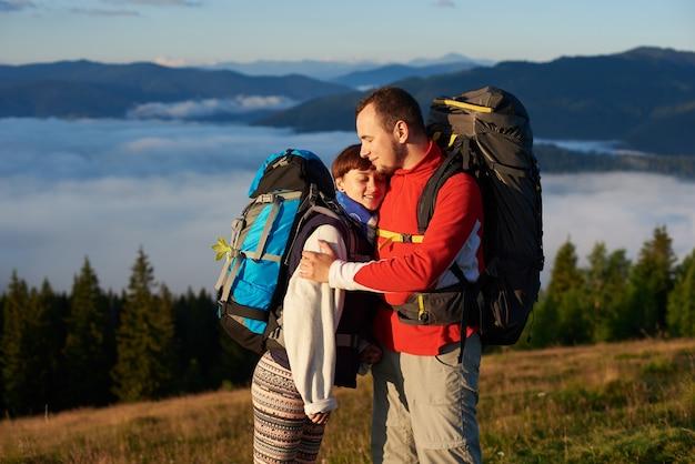 산에서 아침에 관광객