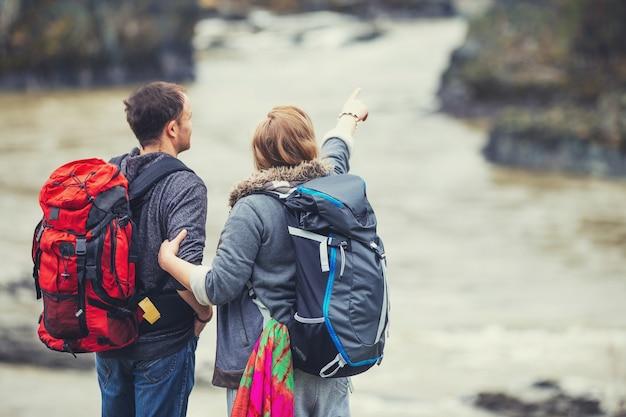 Туристы в горах, глядя на реку гоноу