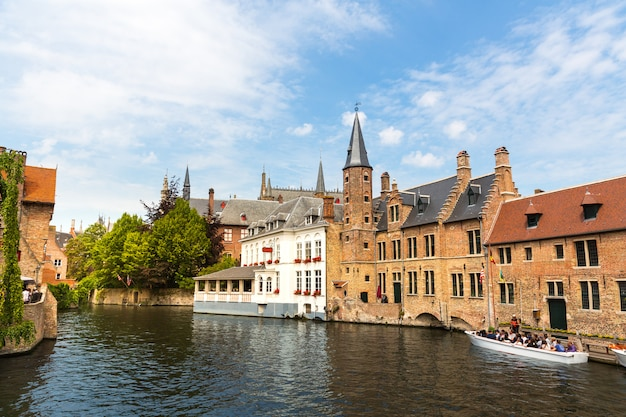 古い観光の町、ヨーロッパの川の運河のボートを歩く観光客。古代ヨーロッパの都市