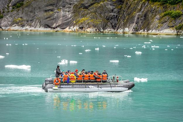 アラスカの氷河への小さな船で観光客