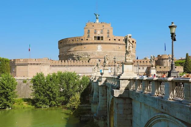 Туристы на мосту и кастель сант анджело на заднем плане, рим, италия