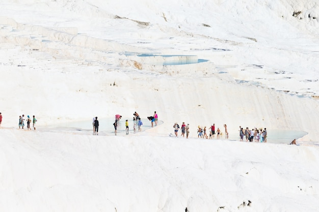 パムッカレトラバーチンのプールとテラスの観光客。