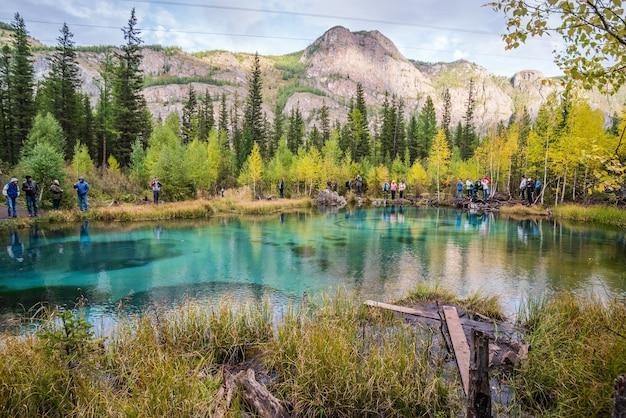 間欠泉湖のほとりの観光客
