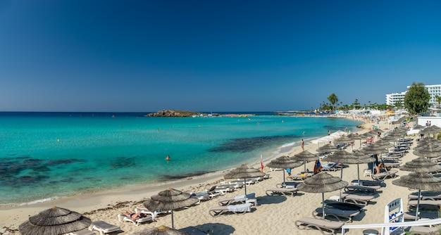 Туристы отдыхают на знаменитом пляже кипра. нисси бич