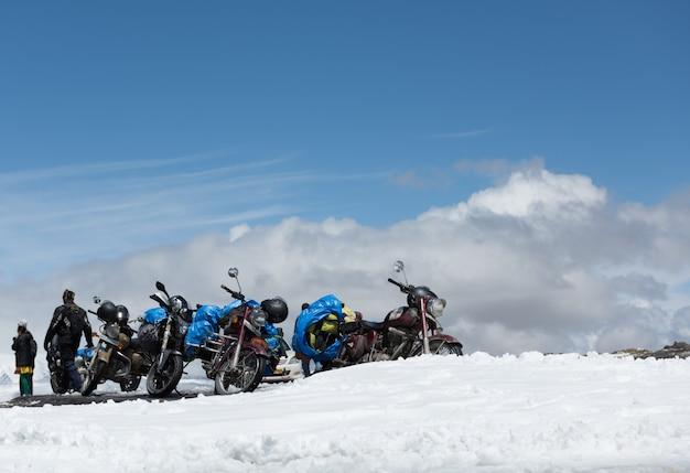 タンランラパスの頂上でリラックスする観光客は、世界で2番目に高い自動車道路です