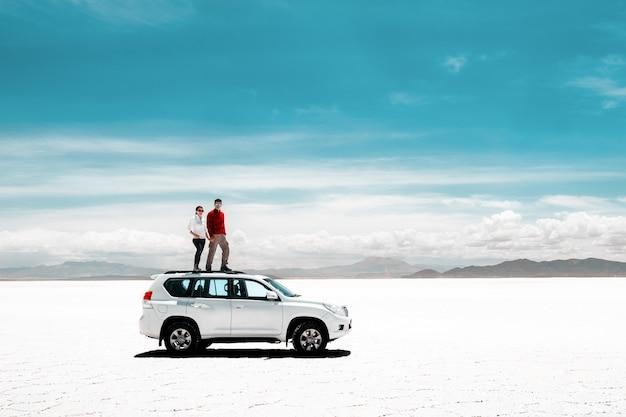 ウユニ塩湖で休んでいる観光客