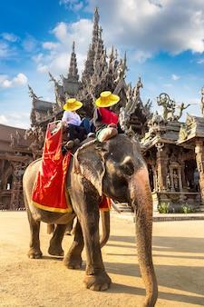 관광객들은 태국 파타야의 진리의 성전 주변에서 코끼리를 타고